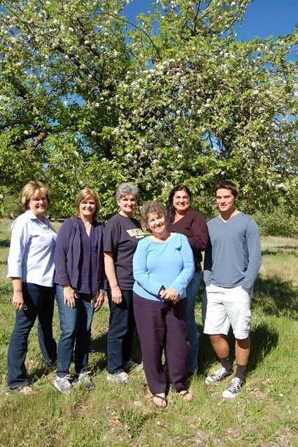 Chris, Evelyn, Rosie, Edie, Ray & me beneath a tree that our great grandfather Alonzo planted.